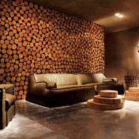 Спилы дерева в отделке стены гостиной загородного дома
