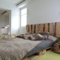 Доски с корой в интерьере спальни