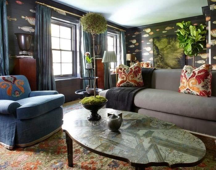 Дизайн гостиной в эклектичном стиле с темными обоями
