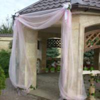 Тюль в декорировании садовой беседки