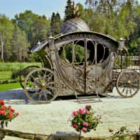 Беседка-карета на площадке из природного камня
