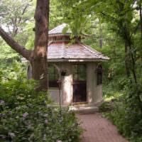Восьмиугольная беседка в глубине старого сада