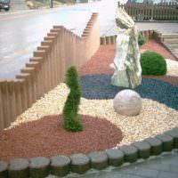 Разноцветный гравий в садовом ландшафте