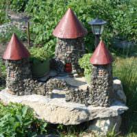 Древний замок из камня в декоре сада