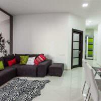 Яркие подушки в интерьере однокомнатной квартиры
