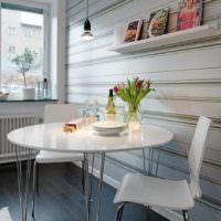 Обеденный стол на кухне однокомнатной квартире