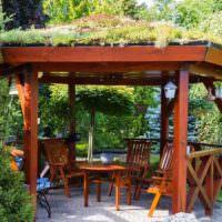 Деревянная беседка с травой на крыше