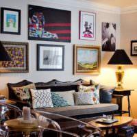 Оформлении стены над диваном картинами