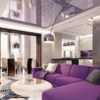 Мягкая мебель с фиолетовой оббивкой в гостиной комнате