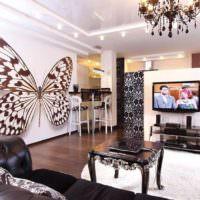 Громадная бабочка на стене гостиной