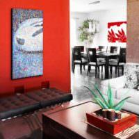 Красная стена и панно из мозаики в гостиной