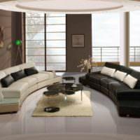 Полукруглые диваны по центру гостиной