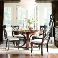 Обеденный стол и мягкие стулья в зоне для приема пищи
