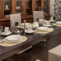 Сервировка стола в гостиной неоклассицизма