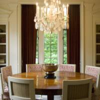Круглый стол из дерева в гостиной