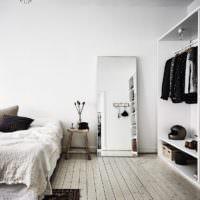 Зеркало на полу в дизайне спальни