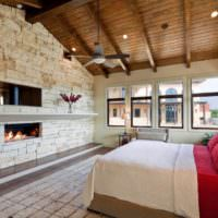 Деревянный потолок и кирпичная стена в дизайне спальни