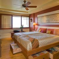 Кровать с выдвижными ящиками в интерьере спальни