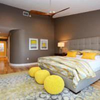Шарообразные пуфики в интерьере спальни