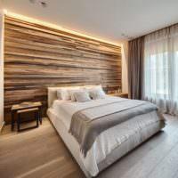 Оформление стены над изголовьем кровати из натуральной древесины