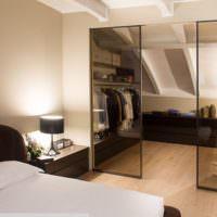 Гардероб в спальне на втором этаже частного дома