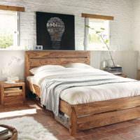 Деревянная кровать в дизайне спальни в стиле кантри
