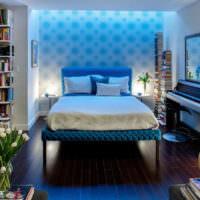 Интерьер небольшой спальни в синих оттенках