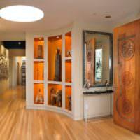 Коллекция статуэток в декоративных нишах