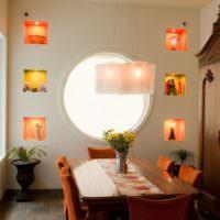 Красивые ниши на стене с круглым окном
