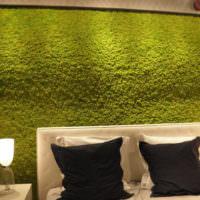 Отделка стены над изголовьем кровати стабилизированным мхом