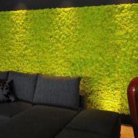 Черный диван и зеленая фитостена из мха