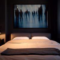 Белый текстиль в темной спальни мужчины