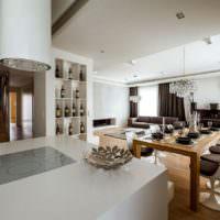 Белая гостиная в загородном доме одинокого мужчины