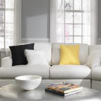Яркие подушки на диване в гостиной комнате