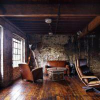 Кожаные кресла в интерьере гостиной в стиле лофт