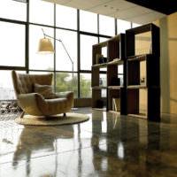 Модульные стеллажи и панорамные окна в гостиной частного дома
