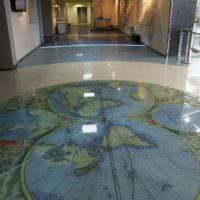 Старинная карта мира на полу гостиной