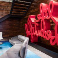 Декорирование комнаты объемной надписью красного цвета