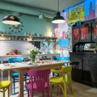 Пестрые цвета на кухне в стиле прованс