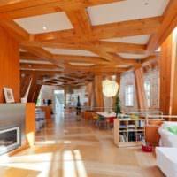 Деревянные балки в необычной гостиной