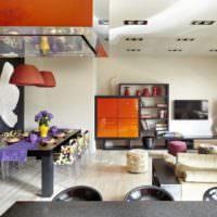 Цветные стулья и оранжевые поверхности в интерьере гостиной