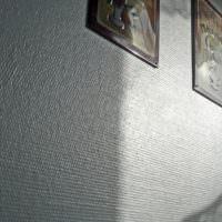 Стеклообои под покраску на стене жилой комнаты