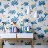 Обои в гостиной с ярким орнаментом синего цвета