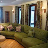 Мягкая мебель с тканевой обивкой оливкового цвета в интерьере комнаты
