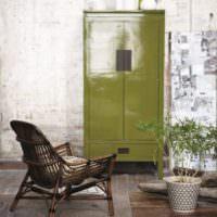 Ретро-комод оливкового цвета в интерьере комнаты