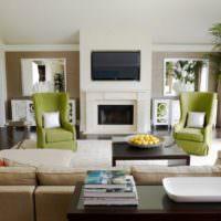 Два кресла оливкового цвета в гостиной с камином