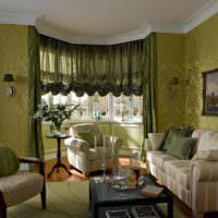Оливковые оттенки в орнаменте обоев на стенах гостиной