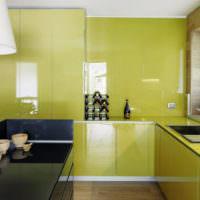 Глянец с оливковым отливом на фасадах кухонного гарнитура