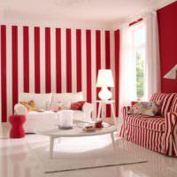 Полосатый интерьер розово-белой гостиной