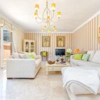Белая мебель и яркие полоски на обоях в гостиной
